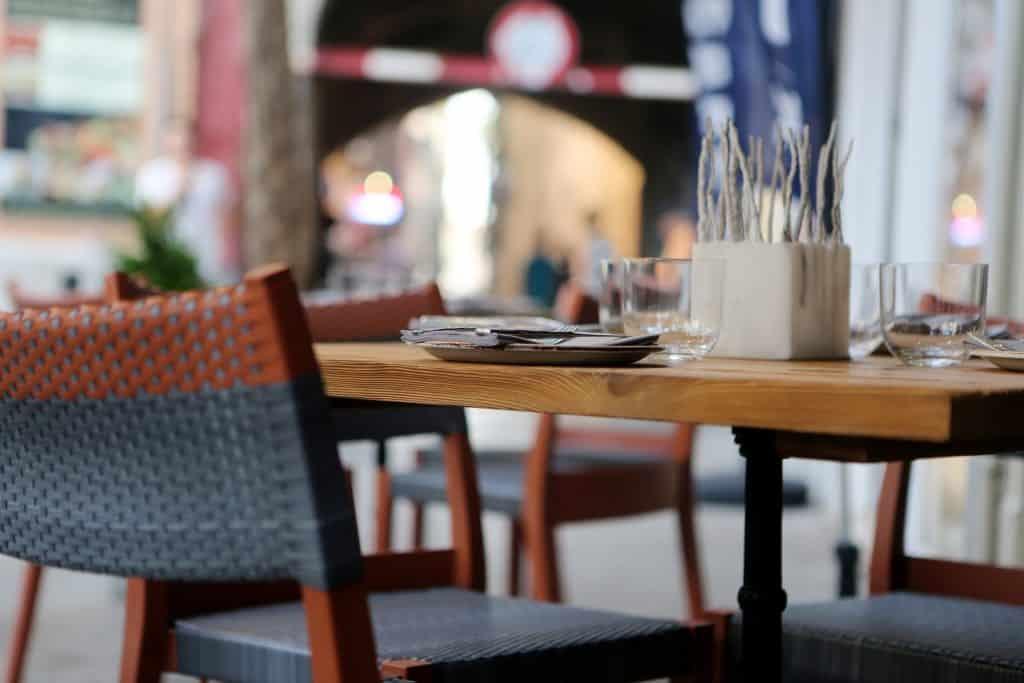Ein Stuhl in einem Café