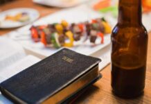 Eine Bibel neben einer Bierflasche