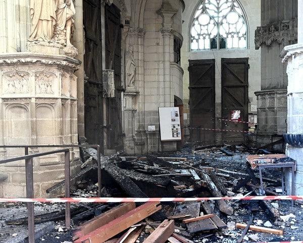 Zerkohlte Reste einer Orgel auf dem Boden der Kathedrale.