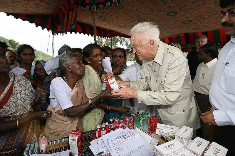 Heinz-Horst Deichmann besucht ein Hilfsprojekt in Indien