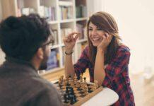 Ein Paar spielt Schach