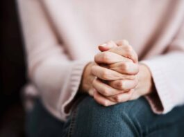 Frau betet gebet