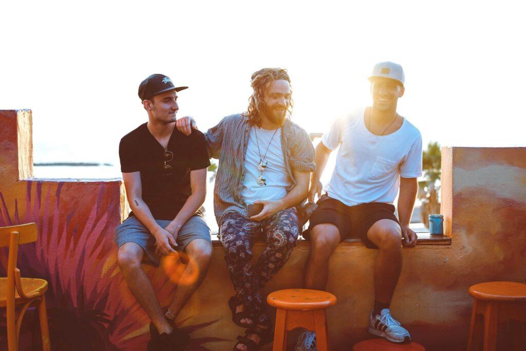 Foto: 3 Männer in Gemeinschaft